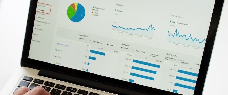 Wyniki pozycjonowania i reklam w wyszukiwarce w Google Analytics